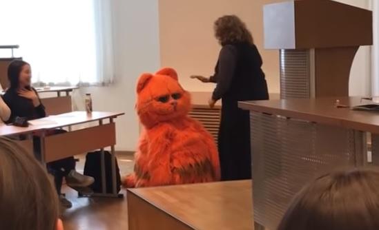 Преподавательница, к которой на пару пришел студент в костюме кота, проиграла суд E1.RU