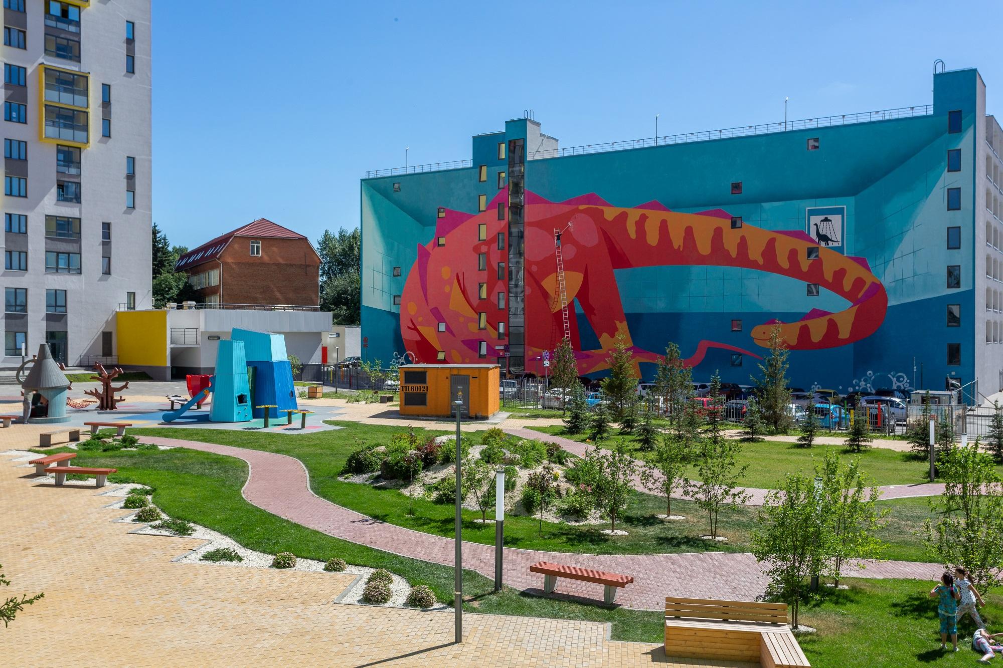 Прямо во дворе «Малевича» моют динозавра