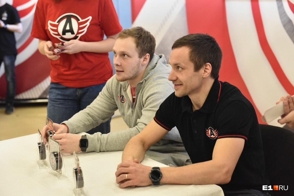 Евгений Чесалин и Виталий Попов менялись атрибутикой с болельщиками