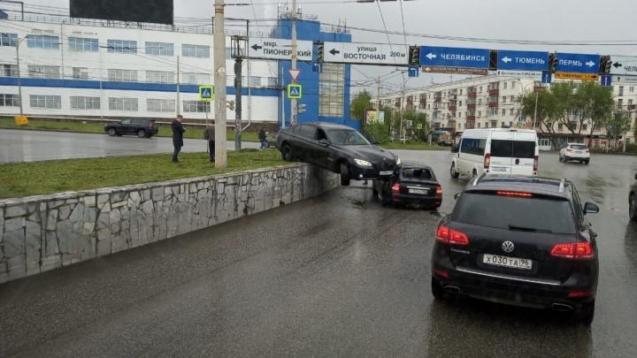 Появилось видео, которое объясняет, как BMW повис на крыше другой машины в Екатеринбурге