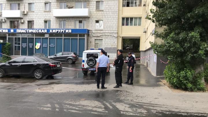 Жаловалась на давление экс-председателя: судья разбилась насмерть при падении из окна в Волгограде