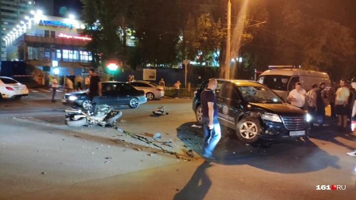 На проспекте Коммунистическом в Ростове мотоциклист влетел в иномарку
