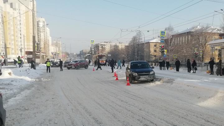 Пытался успеть на трамвай: на Уралмаше школьника сбила Lada