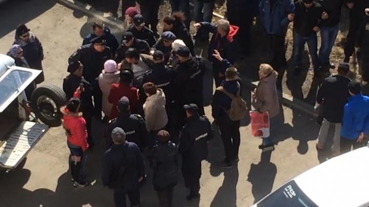 «Растаскивали силой»: конфликт жителей челябинского двора и застройщика перерос в потасовку