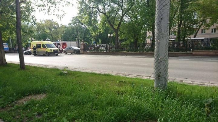 Два авто влетели друг в друга на Ленина — Бажова: одно снесло дорожный знак и врезалось в забор