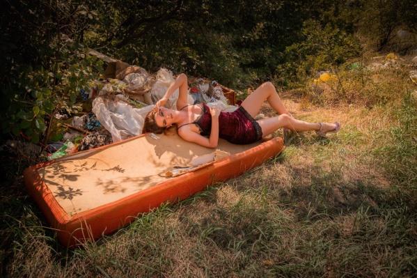 Бороться с мусором фотограф решила при помощи женской красоты