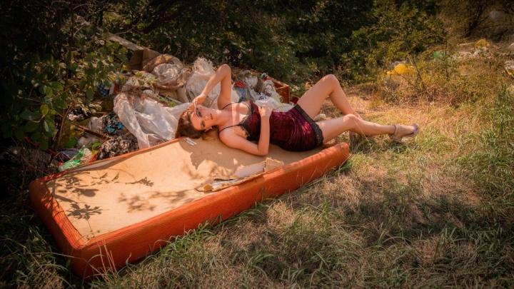 «Женская красота против мусора»: модели устроили гламурную фотосессию-протест на стихийной свалке