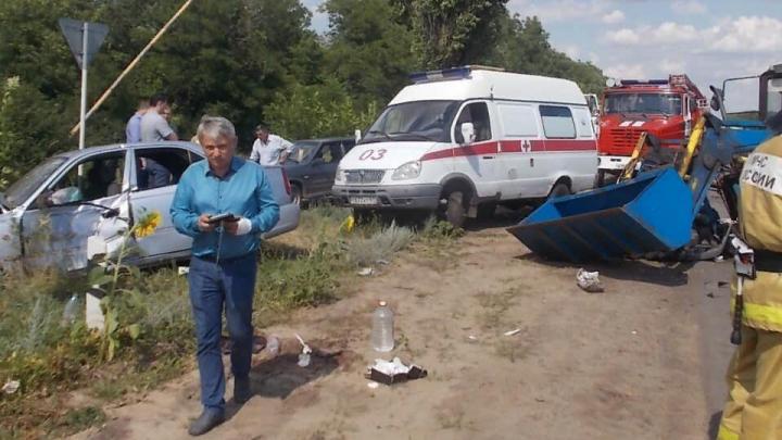 Три человека пострадали в аварии с трактором на трассе в Ростовской области