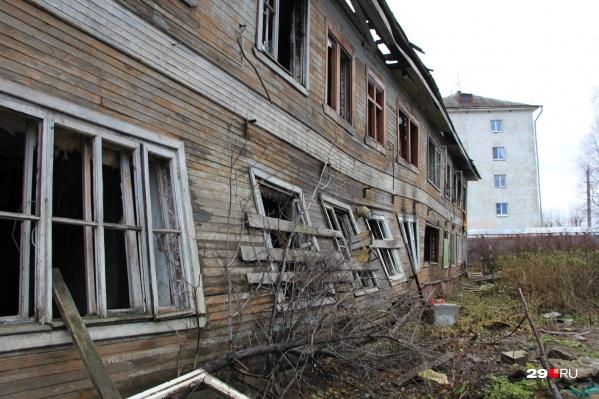В расселенных домах остаются зарегистрированные люди — из-за этого здание нельзя снести