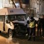 Машина на цепи, пострадавшие в больнице: в центре Челябинска маршрутка врезалась в столб