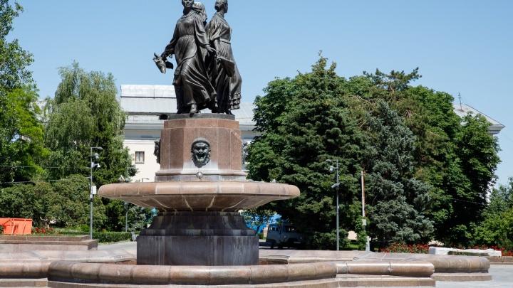 На Центральной набережной Волгограда сломался фонтан «Искусство»