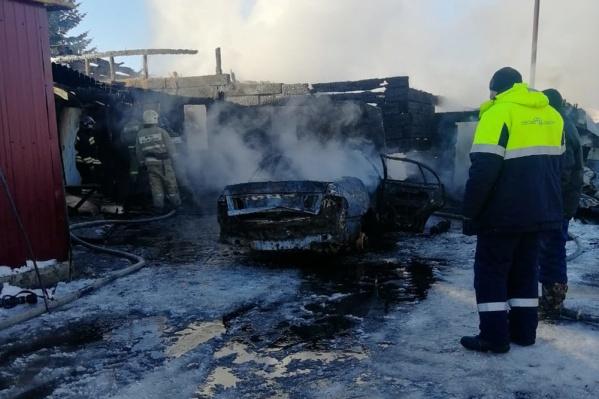 Пожар начался с автомобиля