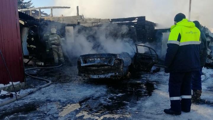Новосибирец устроил сильный пожар и потерял все, решив разогреть машину вентилятором