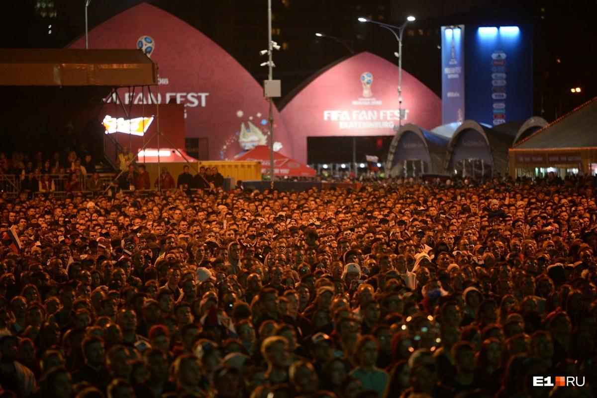 На фотографиях, сделанных сверху, видно, что сюда пришли тысячи болельщиков