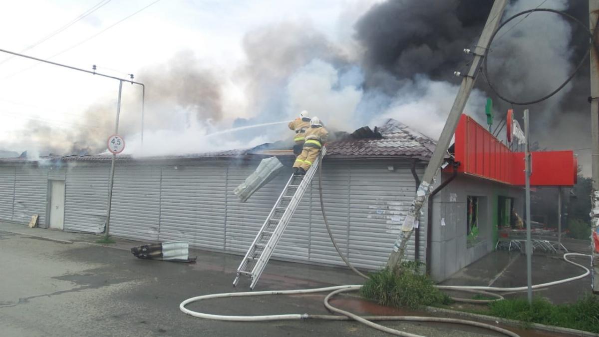 В тушении пожара задействованы шесть единиц техники, более 20 пожарных