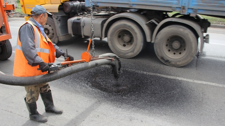 «Жители ходили, грязь месили»: за «Лентой» рабочие уложили асфальт в снег