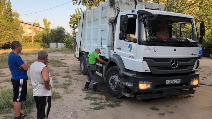 Волгоградский регоператор назвал слив вонючей жидкости из мусорной машины аварийной утечкой