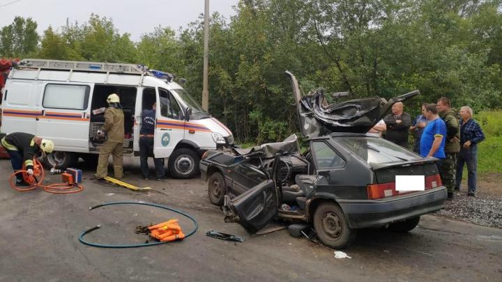 В Уфе «Лада» залетела под КАМАЗ, спасателям пришлось разрезать легковушку, чтобы достать водителя