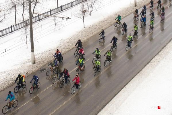 Велосипедисты проехали по проспекту Ленина через три района города