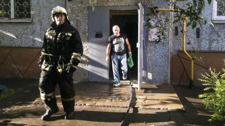 Схватили документы и клетку с попугаями: в Омске из горящей девятиэтажки спасли 11 человек