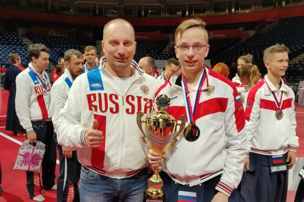Накануне Роман (справа) взял серебро в командных соревнованиях, а сегодня выиграл бронзу в личном первенстве. Слева президент федерации кендо НСО Андрей Кусургашев