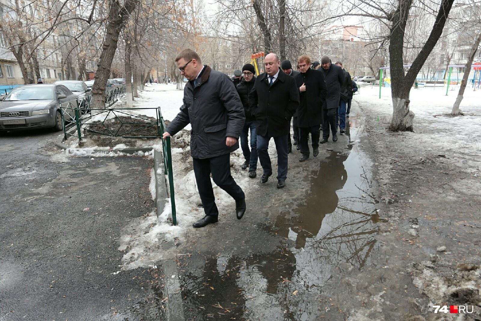 По затопленным челябинским дворам чиновники пробираются гуськом