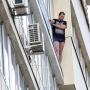 Челябинец, сорвавшийся с карниза балкона на восьмом этаже, погиб
