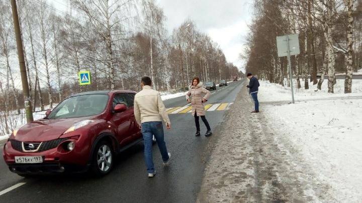 Провезла на капоте и нахамила: в Ярославле разыскивают автохамку, сбившую студенток
