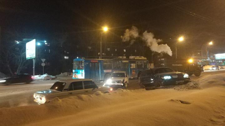 Авария с тремя машинами перекрыла проезд к «Золотой Ниве»
