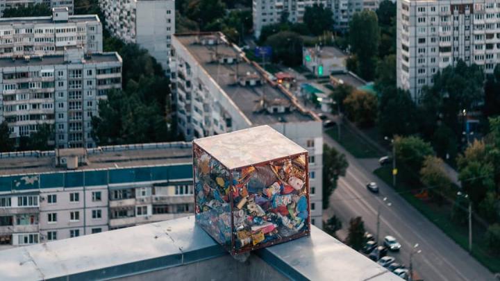 «Это прекрасное дополнение»: самарский художник Вредитель Ли «выгулял» кубометр мусора по городу