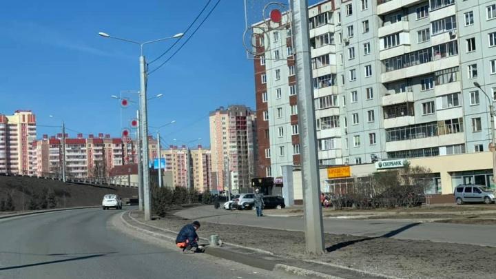 «Старинная забава»: на Копылова рабочие по гарантии замазывают развалившиеся за зиму бордюры