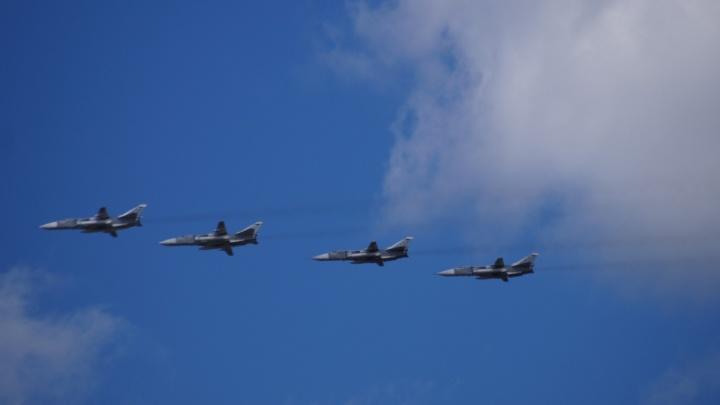 Первым делом - самолёты: екатеринбуржцы прилипли к окнам, чтобы снять репетицию авиации ко Дню Победы