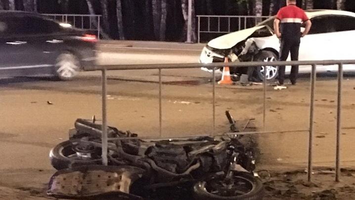От удара мотоцикл отбросило в ограждение: в Тарманах иномарка сбила байкера