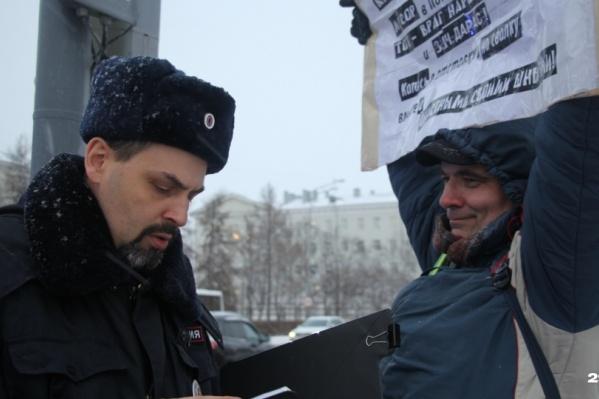 Накануне единого дня протеста против ввоза мусора в Архангельскую область 2 декабря Валерий Шептухин приковал себя к светофору велосипедным тросом