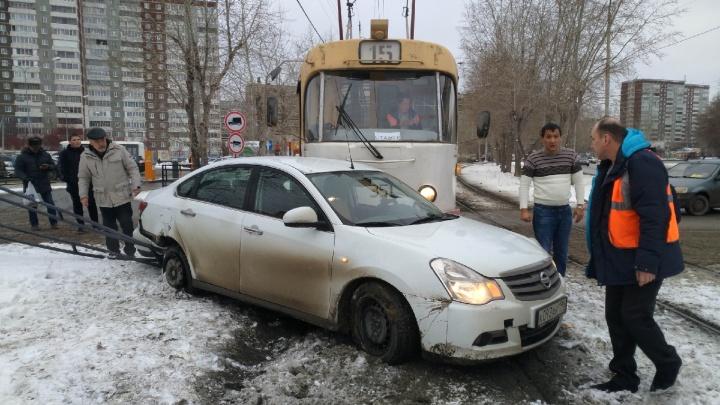 Не заметил трамвай: на ЖБИ водитель легковушки выехал на пути и устроил ДТП