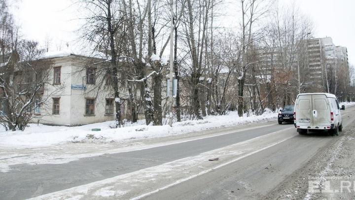 Белая двухэтажка стала грудой дерева: на Титова начали сносить бараки