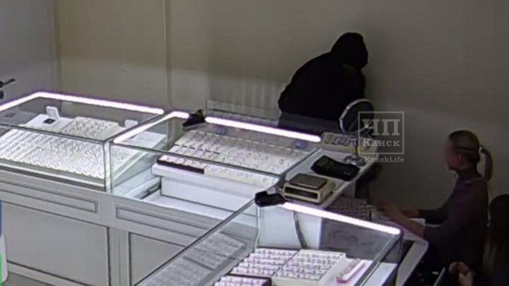 В Канске мужчина с пистолетом и топором ограбил ювелирный. В Сеть попала запись переговоров полиции