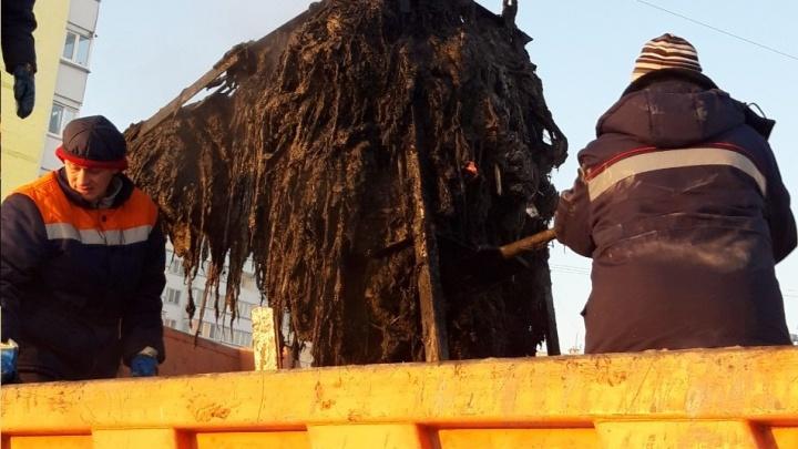 «Недавно мы нашли там покрышки»: жителей Заозёрного просят не выбрасывать мусор в канализацию