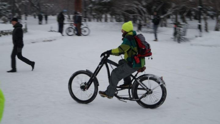 «Спрашивают, всё ли в порядке с головой»: два новосибирца увлеклись ездой на велосипедах в морозы