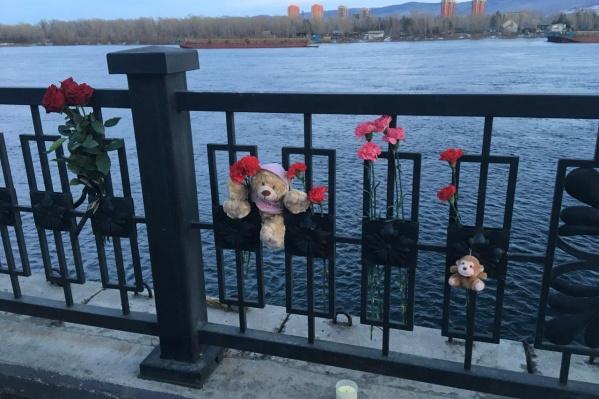 Многие красноярцы не стали дожидаться официальных дат для того, чтобы выразить свою боль по поводу трагедии