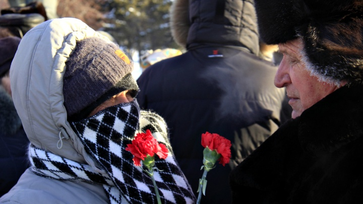 Десятки человек с красными гвоздиками собрались на площади Ленина в 35-градусный мороз