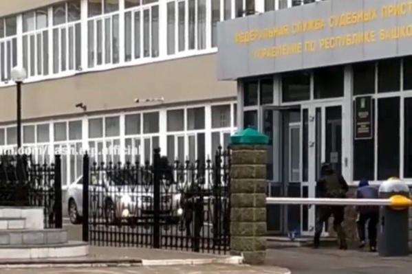 Несколько человек ворвались в здание