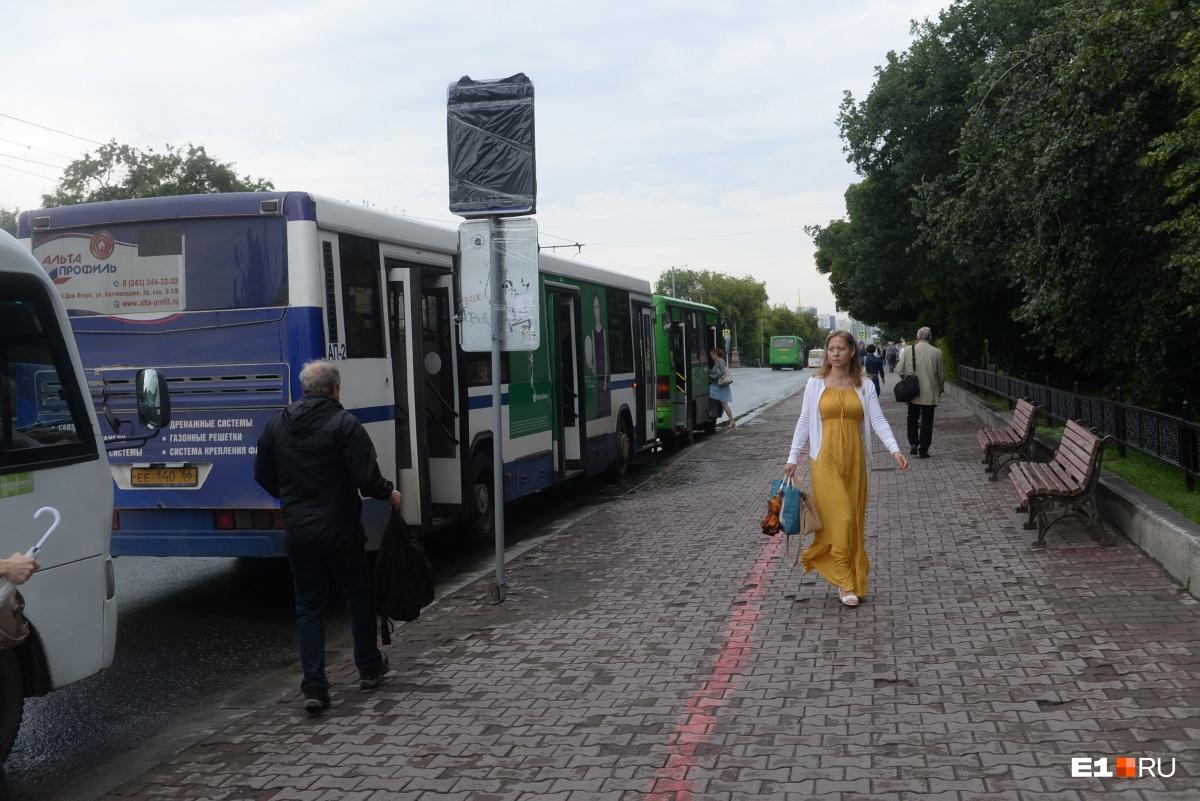 Водители автобусов с утра останавливались возле УрФУ, где дорожные знаки уже заклеили