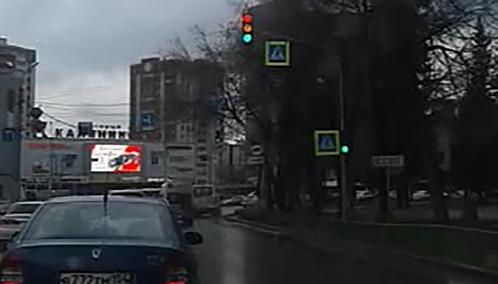 Видео: светофор возле «Горбольницы» включил сразу три света