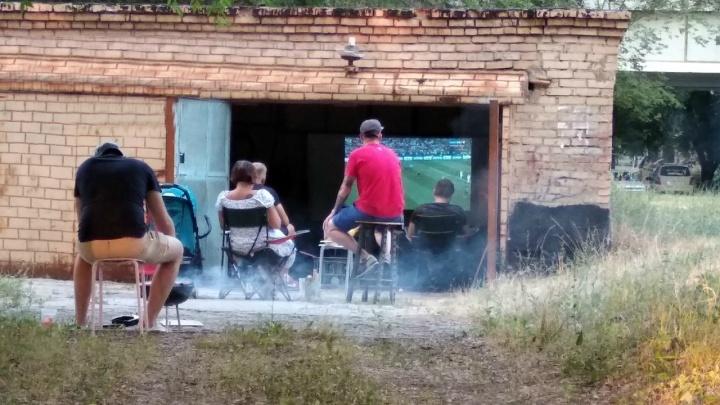 «Главное — взять с собой стул»: в Тольятти местные жители организовали фан-зону в гараже