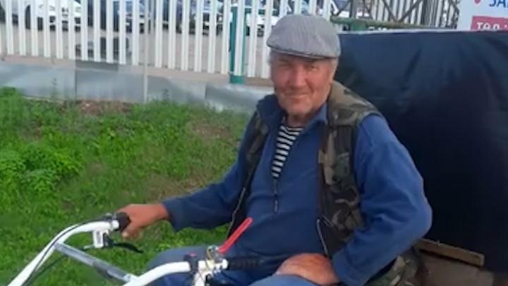 Очевидцы встретили на трассе необычного пенсионера — он едет из Перми в Ростов на мотоблоке
