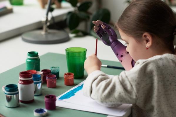 С помощью современного протеза ребёнок может даже рисовать