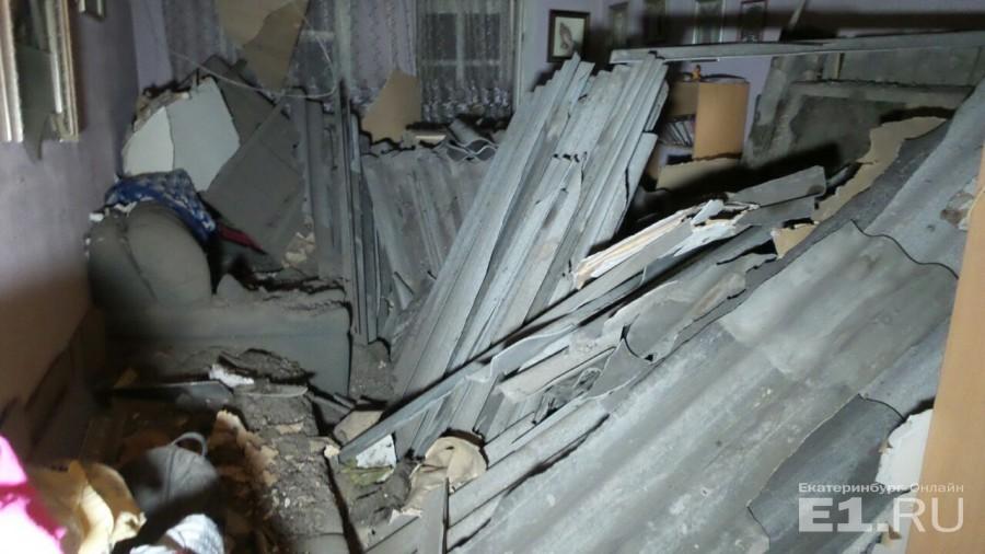 Асбоцементные листы складывали на чердаке. Перекрытия не выдержали, и все стройматериалы рухнули в квартиру вместе с потолком