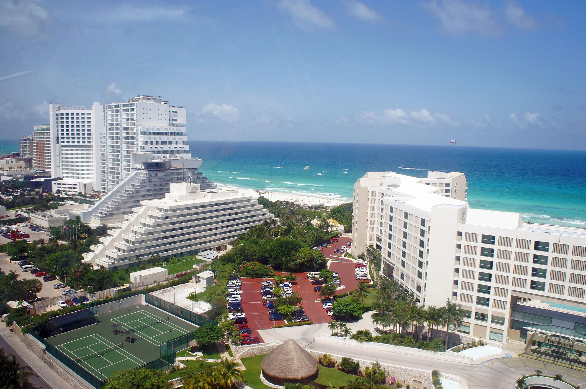 За полвека город Канкун, притягивающий туристов со всего мира, превратился из рыбацкой деревушки в развитый курорт с большими отелями и хорошими дорогами