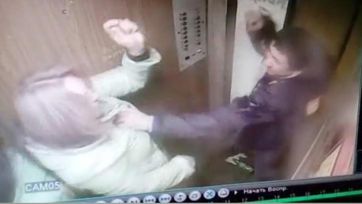 """""""Жевал колбасу и вдруг ударил"""": в Екатеринбурге мужчина набросился на женщину в лифте"""